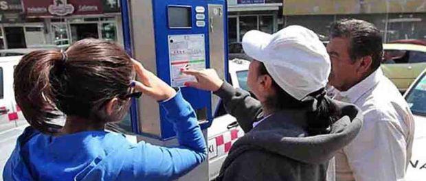 Gente poniendole monedas al parquimetro