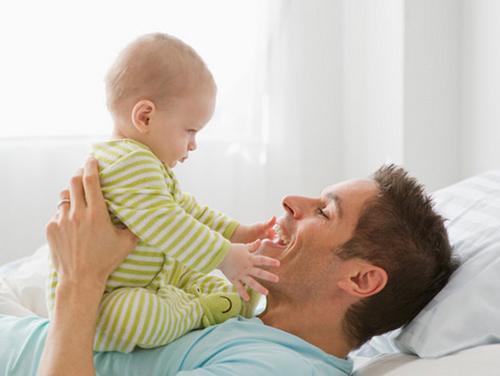 papás con bebé