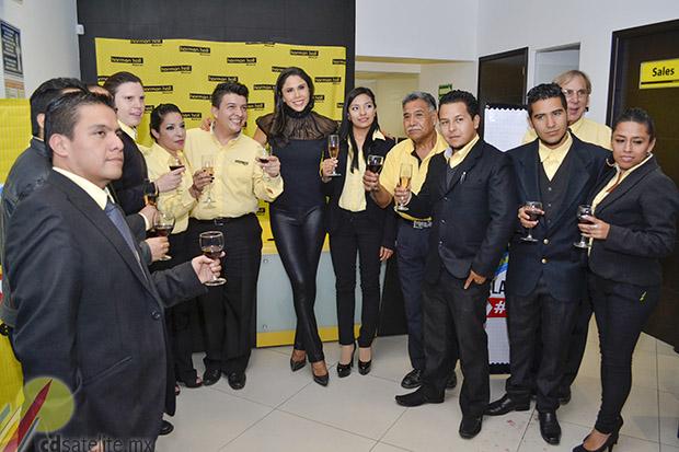 Paola Rojas con integrantes de Harmon Hall