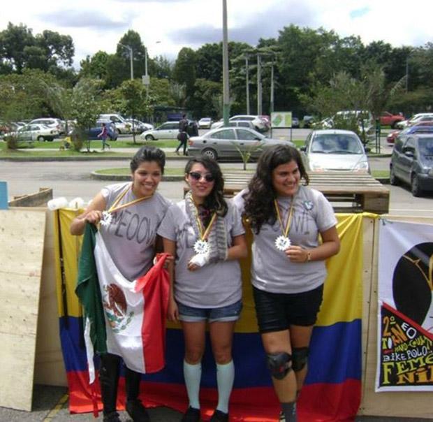 Diana Mendiola sosteniendo la bandera de México